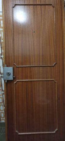 Porta de entrada em casa em madeira