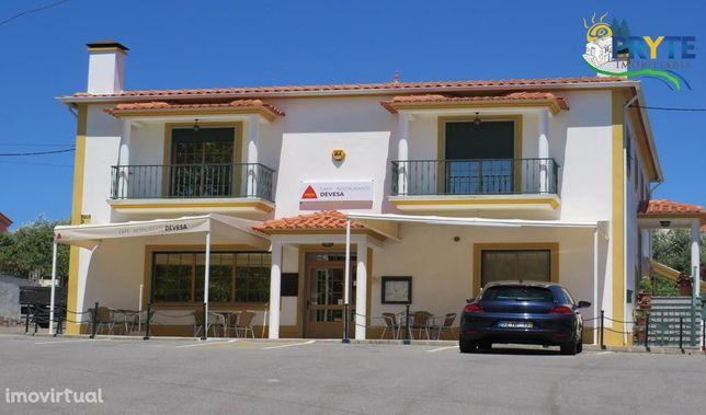 Moradia T3 e Espaço Comercial situados em Sobreira Formosa