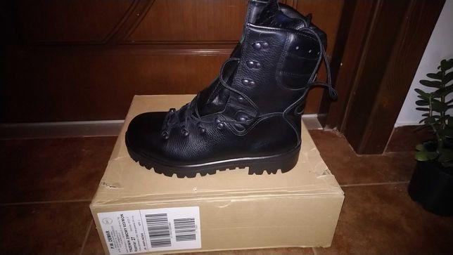 Wojskowe buty różne
