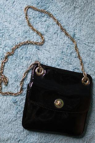 Чорна лакова сумка