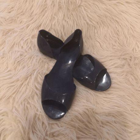 Plastikowe buty letnie