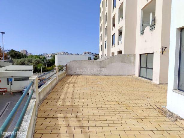 Loja com terraço privativo para arrendar em Portimão