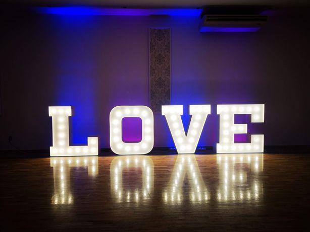 Cieżki dym, napis love, miłość, oświetlenie dekoracyjne wesele