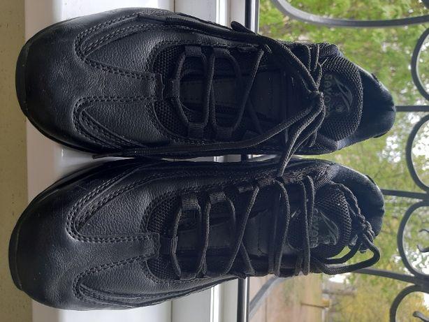 Продам демисезонные кожаные кроссовки