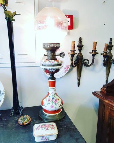 Antigo candeeiro em porcelana francesa. Vermelho, Flores c/ aplicações