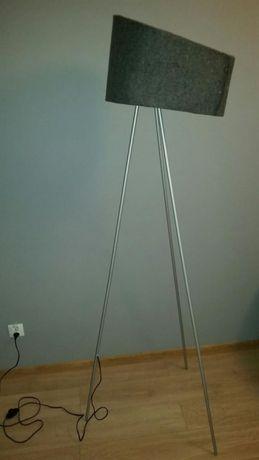 Lampa stojaca z szarym filcowym abażurem