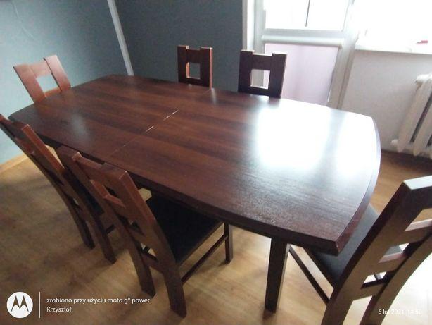 Stół rozkładany z sześcioma krzesłami.