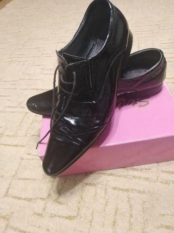 Туфлі чоловічі, розмір 42. Шкіра лакована, в хорошому стані.