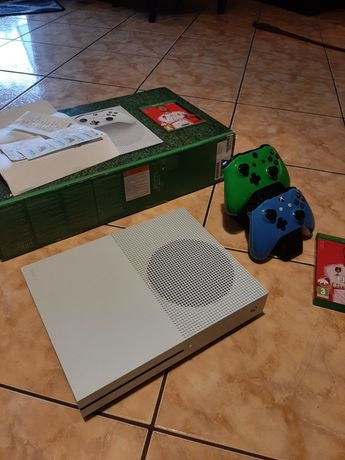 Konsola Xbox One S 1Tb + 2 pady i stacja ładująca fifa 20