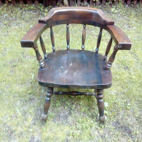 Stary fotel, krzesło drewniane - kształt podkowy