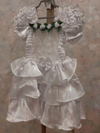 Белое атласное платье для девочки на возраст 4-5 лет