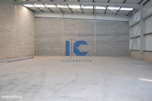 Armazém para venda inserido em zona industrial de Cacia