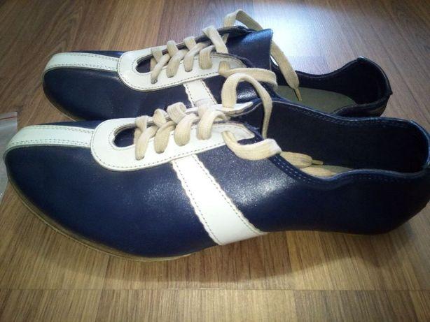 Шкіряні, шиповані кросівки для бігу зі зйомними шипами.