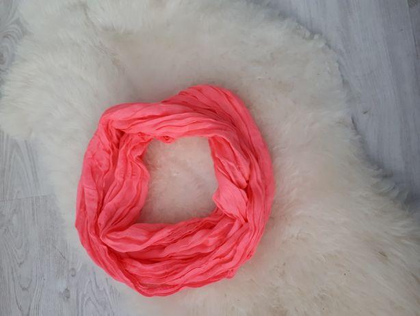 Różowy szalik apaszka
