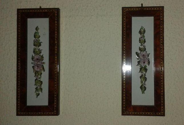 Par de molduras com motivos florais em porcelana