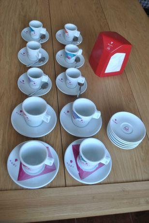 Chávenas de café e meia de leite delta suporte guardanapos