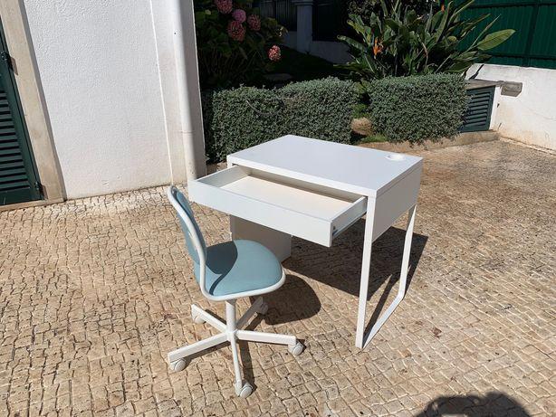 Secretaria de trabalho e cadeira de crianca