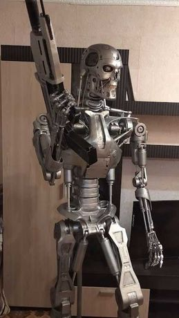 Эндоскелет терминатора Т-800 статуя в полный рост