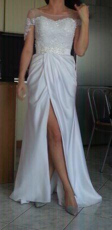 Suknia ślubna z rozcięciem z przodu.