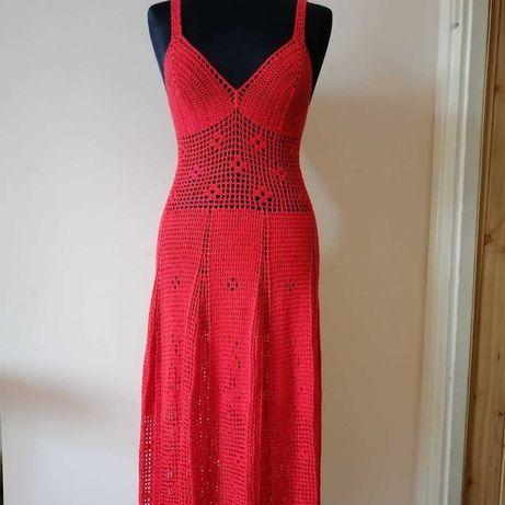 Długa czerwona suknia na szydełku
