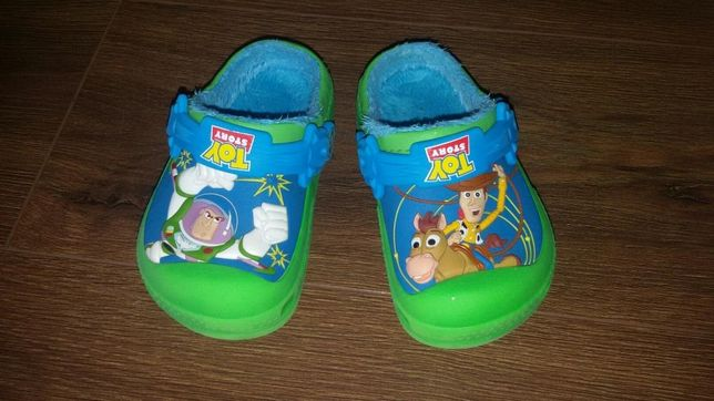 Niepowtarzalne chodaki/klapki/sandały Toy Story marki Crocs-ocieplane