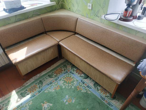 Кухонный уголок с откидными сидениями