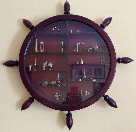 Colecção de miniaturas náuticas com móvel em forma de leme
