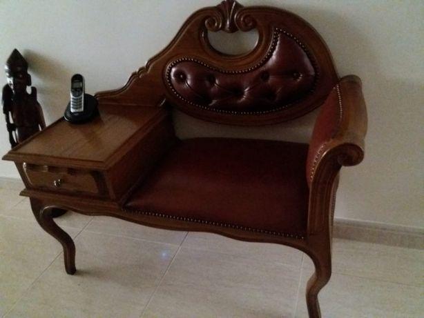 Cadeira com mesa de telefone