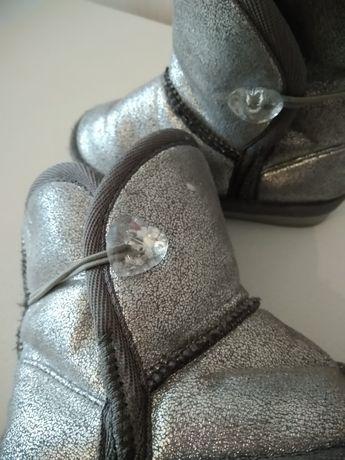 Błyszczące buty dziewczęce emu