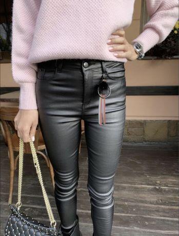 Модные черные кожаные штаны джинсы брюки с напылением экокожи