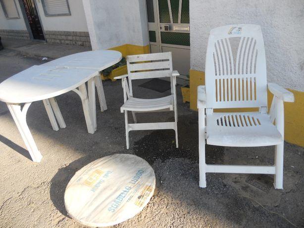mesa de jarim com cadeiras em resina