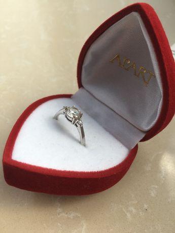 Srebrny pierścionek APART z cyrkoniami przypominającymi diamenty
