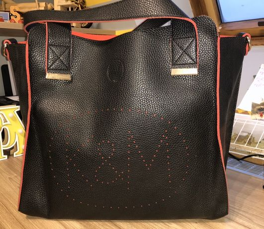 Czarno- czerwona pojemna torebka.