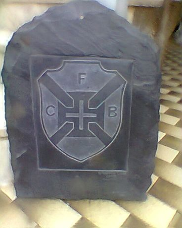 Emblema do Belenenses esculpido em lousa