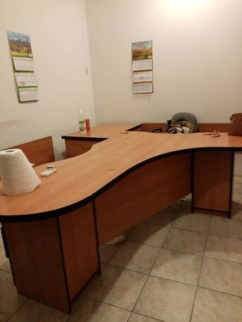 Duże biurko dwuosobowe po likwidacji biura rachunkowego .