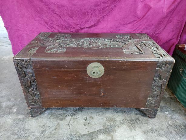 Arca de madeira antiga com trabalho manual