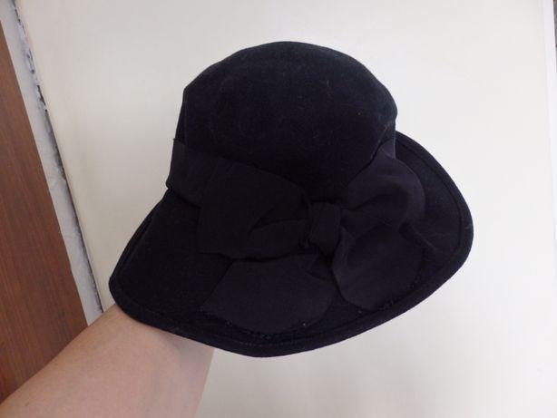 Czarny kapelusz perełka