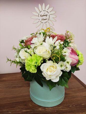 Flower Box wykonany z najwyższej jakości sztucznych kwiatów