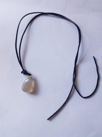 kamień naturalny naszyjnik wisiorek rzemień rzemyk amulet agat szary