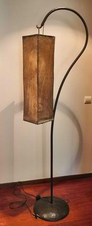 Candeeiro de pé alto em metal