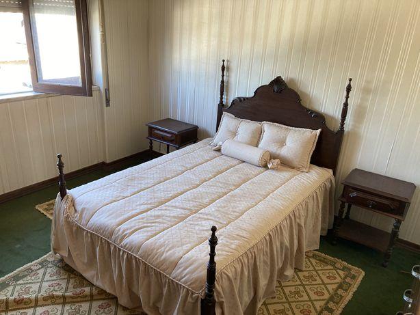Quarto - cama, colchao e mesas de cabeceira
