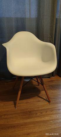 Białe fotele z drewnianymi nogami