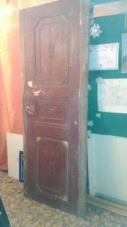 Stare drzwi wejscowe do mieszkania z kamienicy