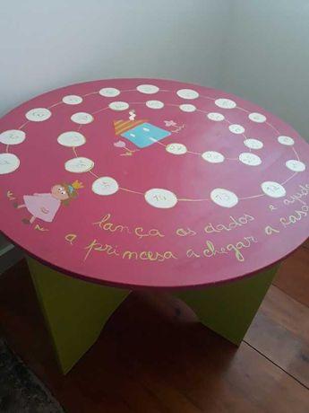Mesa de actividades para criança