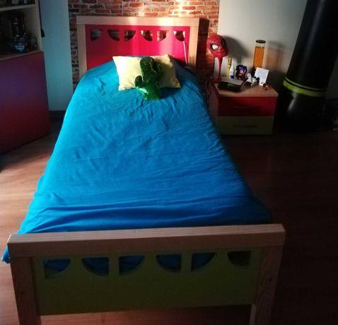Cama de solteiro, colchão e mesa de cabeceira