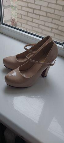 Туфлі на високому підборі