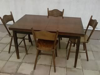 Stół rozkladany i cztery krzesla
