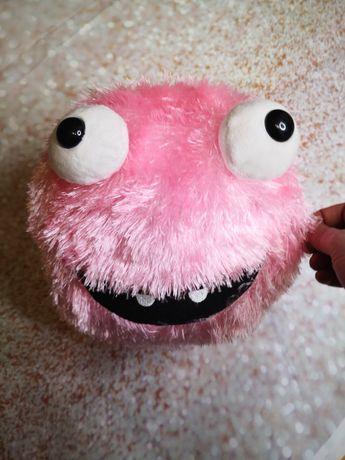 Różowa włochata piłka z oczami.