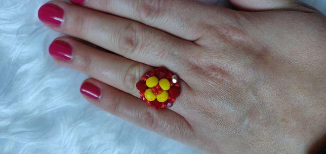 Czerwony pierścionek z żółtym kwiatem. Ręcznie robiony.