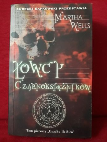 Łowcy Czarnoksiężników Martha Wells prawie nowa książka Sapkowski